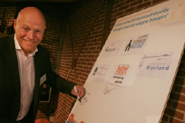 Jaap Kwadijk, director Science signs the Letter of Intent on spatial climate adaptation for The Netherlands2988[2]