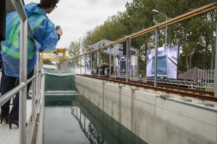 Spectacular tsunami wave generated at the opening of the Delta Flume today.
