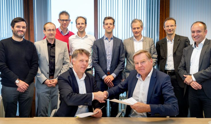 Signing of the alliance agreement by Karel van Gils, Technical Innovation and Innovation Manager at ProRail and Erik Janse of Deltares.